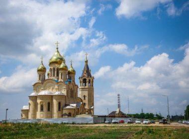 Митрополит Кирилл ознакомился с ходом строительных работ на храме князя Владимира краевой столицы