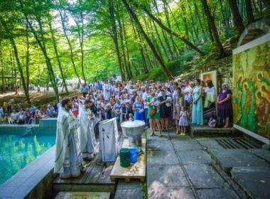 Массовое крещение и Божественная литургия прошли на Холодных родниках