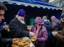 Митрополит Кирилл благословил благотворительный обед на территории Андреевского собора