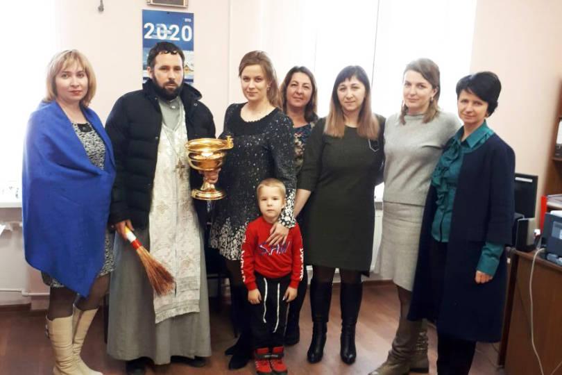 В праздник Богоявления священник посетил городские организации