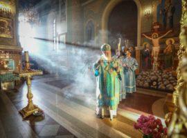 Митрополит Кирилл возглавил утреню счтением акафиста Пресвятой Богородице вкафедральном соборе