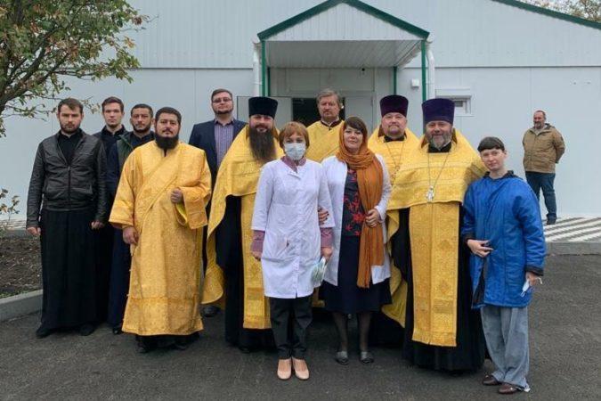 Священнослужители епархии совершили молебен на территории краевой инфекционной больницы