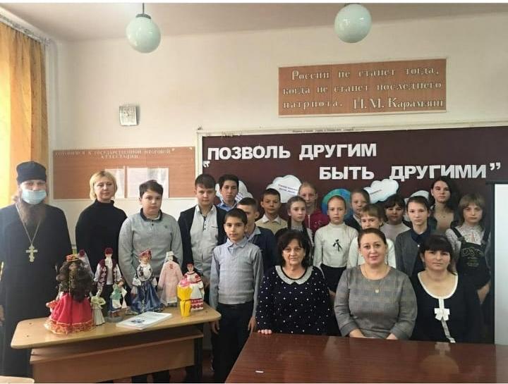 Священник принял участие во встрече с сельскими школьниками