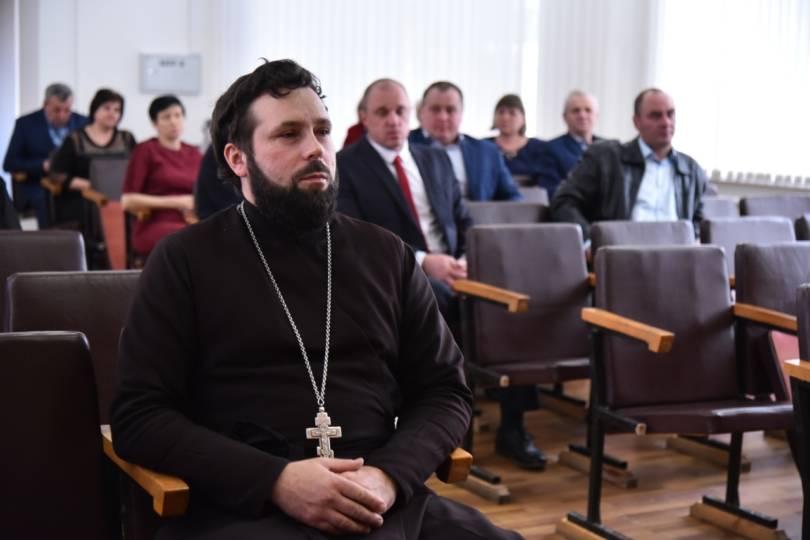 Священник стал участником совещания в городской администрации